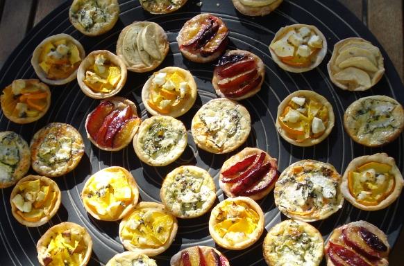 Finger-Food aus Mini-Quiches und Tartes