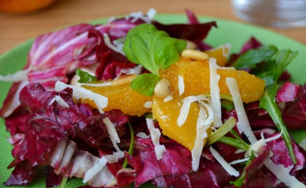 Radicchio-Salat mit Orangenstücken und Parmesan