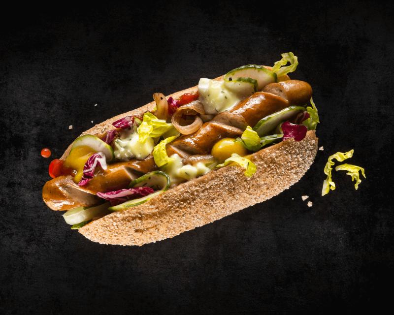 HOLY DOG #1 - KLASSIKER: Bio-Wiener, Ketchup, Senf, Mischsalat, Schmorzwiebeln, selbst eingelegte Gurkenscheiben und hausgemachte Holy-Soße