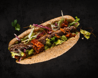 HOLY DOG #2 - SANTA MARIA: Bio-Beef-Roll, Mischsalat, Avocado-Creme, fruchtig-feurige Tomaten-Salsa und Chilifäden