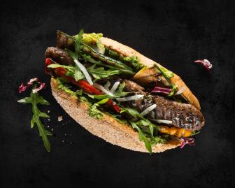 HOLY DOG #4 - ITALIAN STALLION: Bio-Beef-Roll, Mischsalat, hausgemachtes grünes Pesto, Grillgemüse der Saison, Rucola, Balsamico-Creme und Käse
