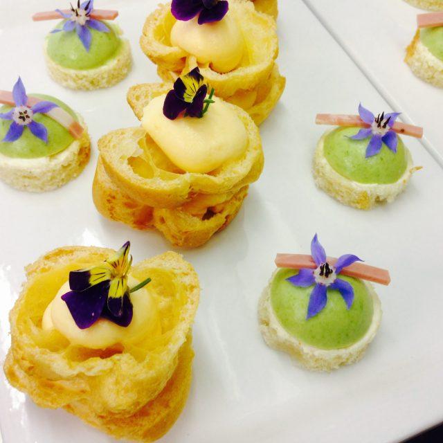 Hausgemachte Beignets mit Parmigianocrème und hausgemachte Canapé mit Mousse vom grünen Spargel und Mortadella di Bonfatti