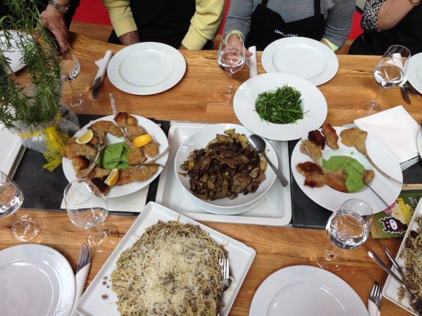 Ein ganzes Weidelamm in vier Gängen: Costolette mit Erbsencrème, Coratella aus den Innereien mit Artischocken, frische Pasta mit Ragú und klassischer Braten mit Wildkräutersalat.