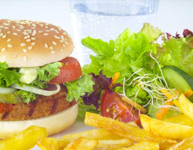 Menü mit Burger der Wahl und Pommes Frites und/oder Salat