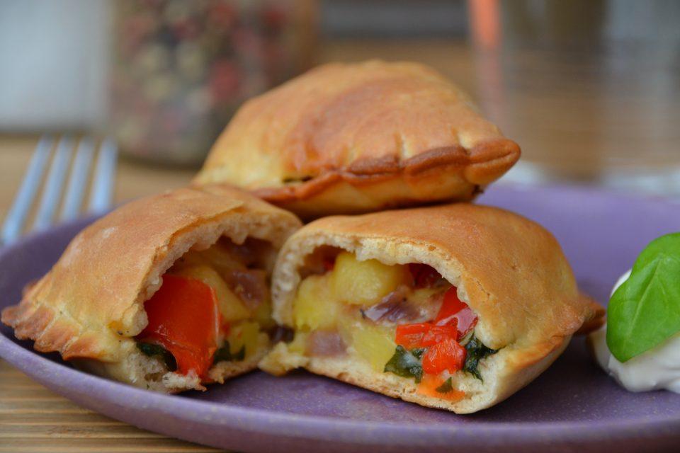 Piroggen mit Paprika-Käse-Füllung