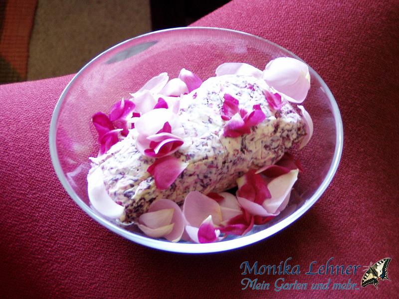 Butter mit Rosenblüten
