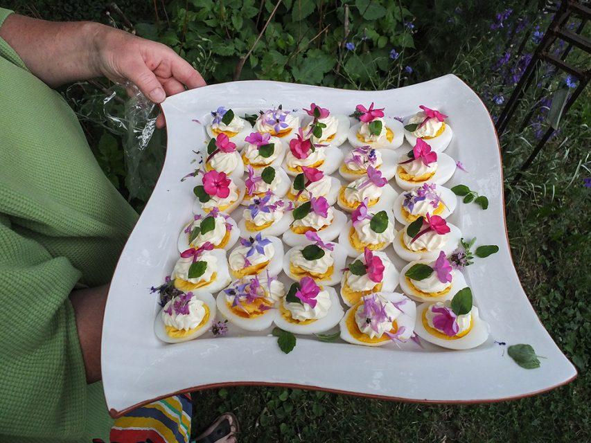 Eier gefüllt mit Blüten- und Kräuterdekoration